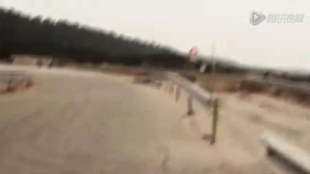 牛人骑着摩托车上演极速漂移
