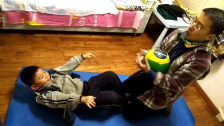 【6岁半】12-28哈哈跟爸爸进行足球室内有球训练仰卧video_200014