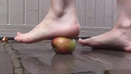 美女踩水果踩食物(踩苹果)