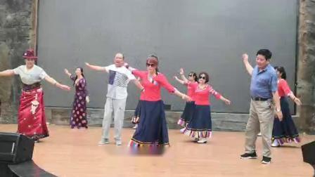 银馨锅庄队周末学跳甘肃文县东子老师舞。领舞:银色雪莲、馨月