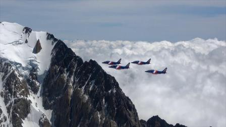 法兰西巡逻兵飞行表演队飞越阿尔卑斯山脉