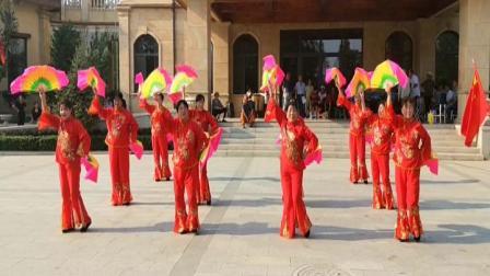 遵化开心广场舞,东三里舞蹈队学跳扇子舞张灯结彩。