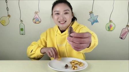 """闺蜜恶作剧:小姐姐试吃""""花生巧克力"""",金灿灿的,咬一口丝滑香甜好美妙"""