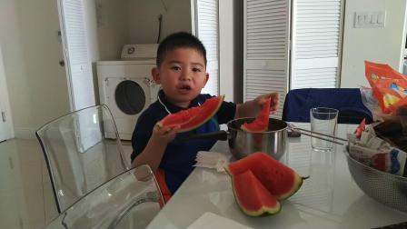 【6岁半】2-9哈哈春节美国游,买个大西瓜回酒店大口吃VID_093915