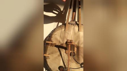 弹奏希腊乐器