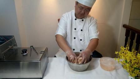 B02怎么样给鸡柳裹上面包糠?