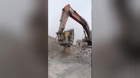 大石块拉不走,没人要,挖掘机让它变成小石头,马上有人抢