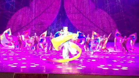 四川资中木偶剧团青年优秀演员林昆在峨眉山景区旅游专场表演的《人偶情未了》,