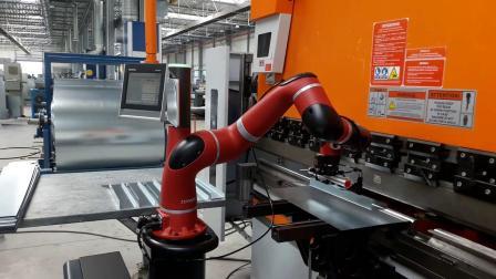 Sawyer智能协作机器人与压弯机一起工作