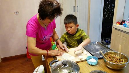 【6岁】10-14哈哈给爷爷奶奶揉面团,一起做大饼VID_174242
