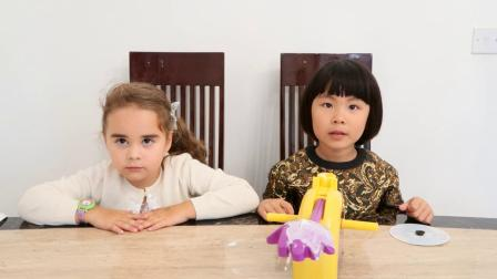 英国儿童 英语早教视频 英语口语 好玩的奶油打脸机 pie face