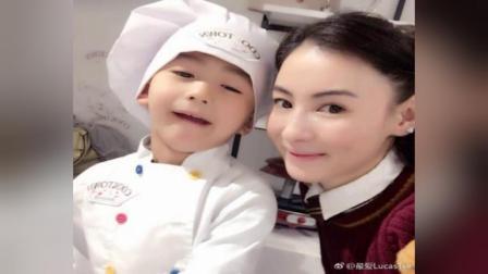 张柏芝带小儿子做饼干小Q厨师装卖萌超可爱