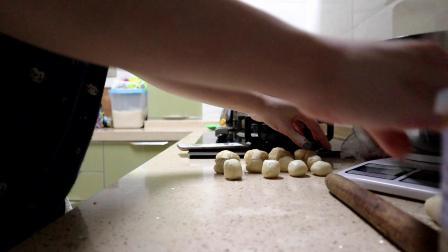 自己在家做蛋黄酥,材料超简单!