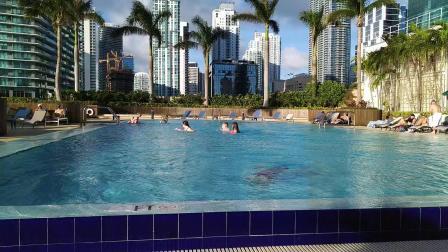 【6岁半】2-9哈哈在迈阿密金融中心屋顶泳池游泳VID_165828