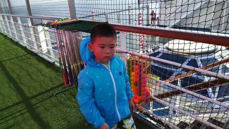 【6岁半】2-12哈哈跟爸爸妈妈在加勒比游轮上玩高尔夫球VID_173034