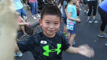 【6岁半】2-20哈哈在奥兰多迪士尼乐园跟超人互动跳舞VID_175514