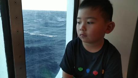 【6岁半】2-15哈哈加勒比海游轮航行日观察船边巨大海浪VID_120925