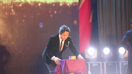 漂浮桌魔术表演 中国首席魔术师-飞虎