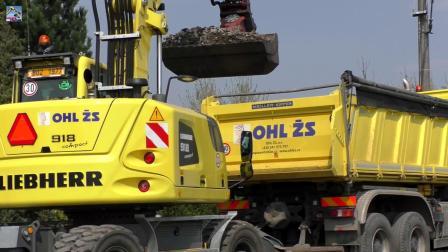 利勃海尔A918轮式挖掘机装载奔驰卡车