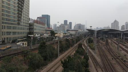 上海地铁3号线驶出上海火车站站