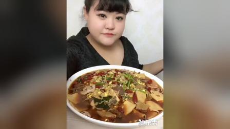 300斤的胖丫开饭了, 水煮鱼毛血旺, 麻辣烫, 好吃吗, 胖丫丫!