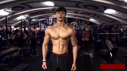 健身励志之看国外18岁的瘦皮猴怎样锻炼成型男的