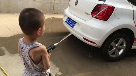 嘟嘟和爸爸一起洗车