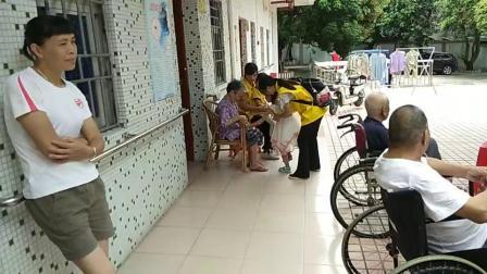 2018年6月24日博心公益惠阳分组志愿者走进新圩敬老院现场唱歌给老人听,分享饼干给老人吃……