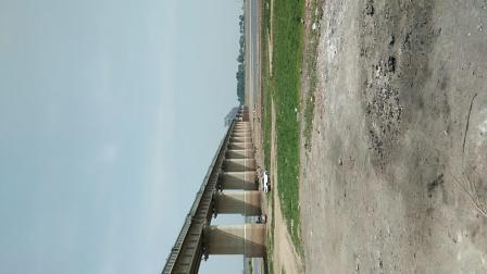 佳木斯开往北京的列车通过松花江铁路大桥