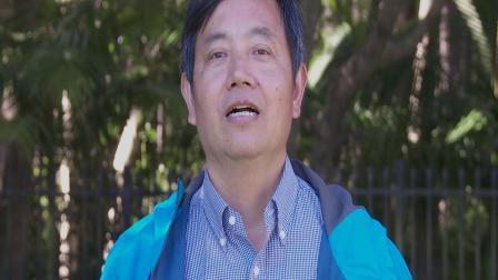 中国和澳大利亚学生在澳大利亚最东边的小城镇:拜伦湾