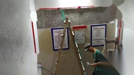 生万精装修技术培训学校教学视频:精装修水电工培训多组照明十一条电线正确穿管,11条电线相互错位包扎,拉线器要与电线再次错位,减小线管里面直径占位,线多拉不动