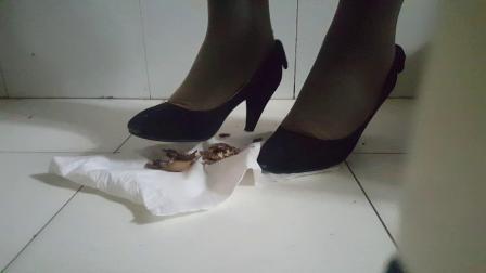 高跟鞋踩核桃