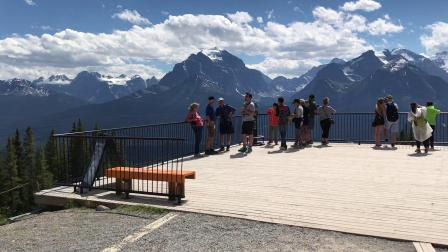 LakeLouis山腰处的观景平台