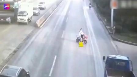 电动车横穿马路,简直就是报应啊