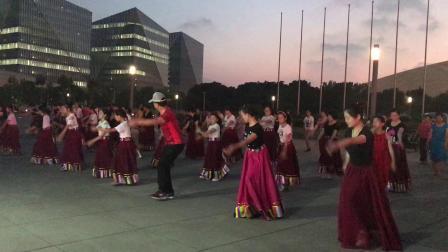 上海喜玛拉雅锅庄舞团学跳《溜溜的姑娘像朵花》