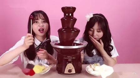 小伶玩具: 一直往下淌的巧克力塔, 想吃多久都可以