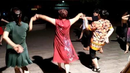 中三步舞一拖二广场舞