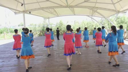 炫彩广场舞队在长岭湖演绎:草原情