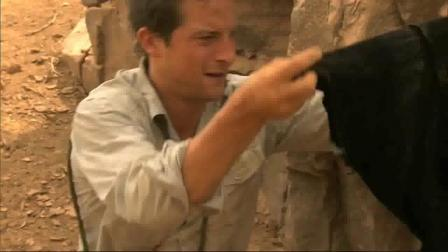 贝爷厉害了, 在荒漠干枯的河床里挖水喝!