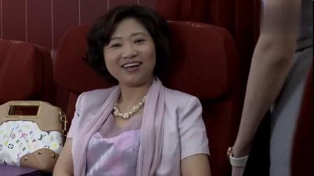 富婆坐飞机一眼相中漂亮的空姐, 想把她介绍给儿子, 不料她答应了