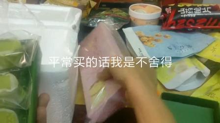 200斤零食开箱②:男子0.3购买两盒半熟芝士