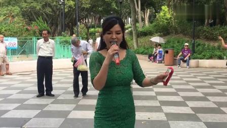 旺角街头歌手流浪艺人表演,美女小红翻唱经典老歌,好看又好听!