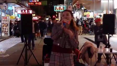 旺角街头美女歌手演唱《我一见你就笑》,不同于邓丽君的另种韵味