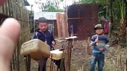 这两小孩太有音乐天赋了,破罐烂铁也能敲出美