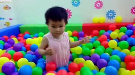 亲子早教 2岁宝宝海洋球里学颜色