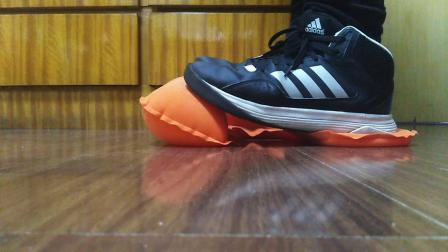 运动鞋踩踏4