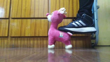 运动鞋踩踏