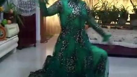 银荣老师于五家渠市蔡家湖住所跳起欢快的舞蹈
