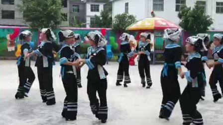 贵州省黔西南布依族苗族自治州册亨县冗渡镇中心幼儿园教师布依族转场舞。