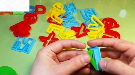 字母与玩和塑料饼干模具字母表为孩子学习单词